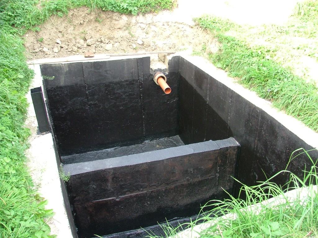zaizolovaná žumpa s novým potrubím čaká na betonovú deku